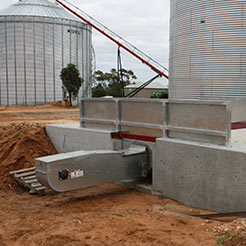 Drag chain conveyor for farms